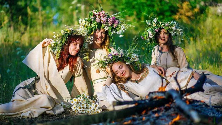 девушки с венками на поляне