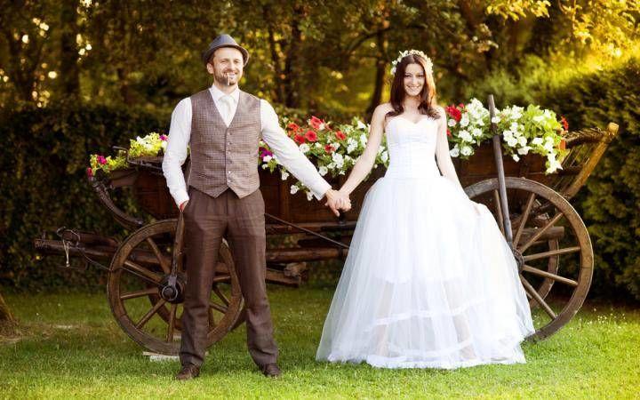 жених и невеста на деревенской свадьбе