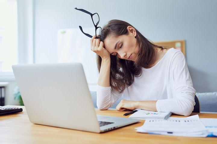Уставшая девушка в офисе