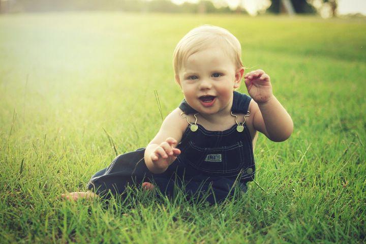 Малыш сидит в траве