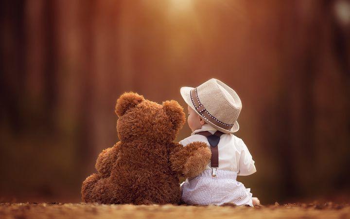 Мальчик с игрушечным медведем
