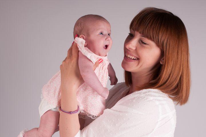 Мама с дочкой на руках