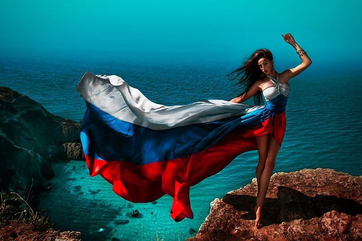 Девушка и флаг России