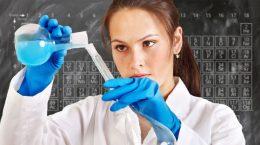 женщина химик смешивает вещество