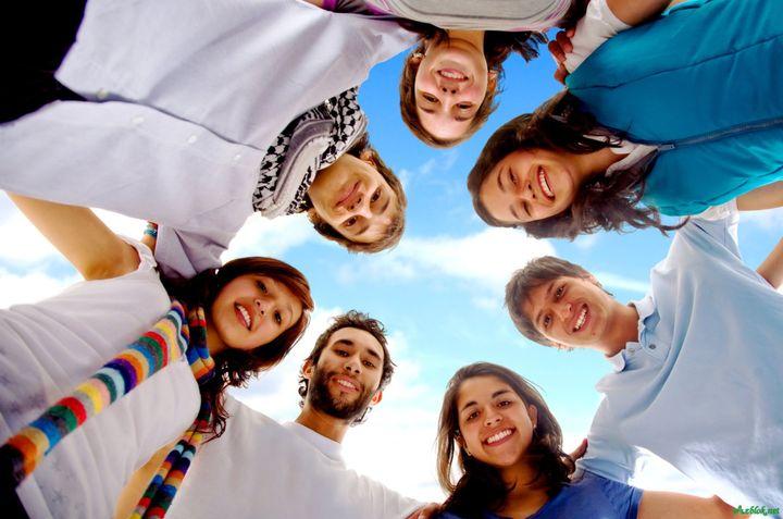 Молодые люди стоят по кругу