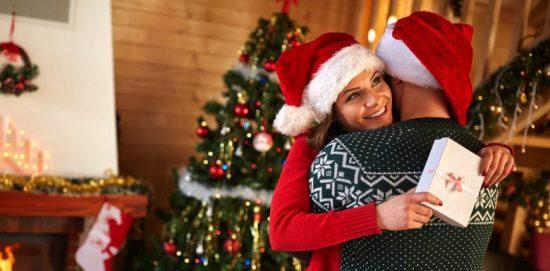 женщина и мужчина обнимаются