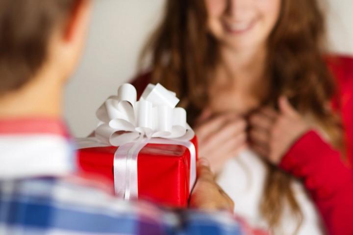 вручение подарка женщине
