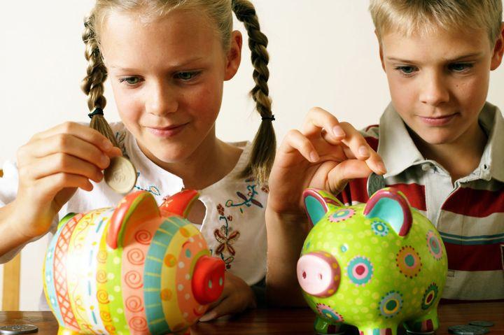 Дети кладут монеты в копилку