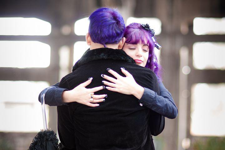 Подростки обнимают друг друга