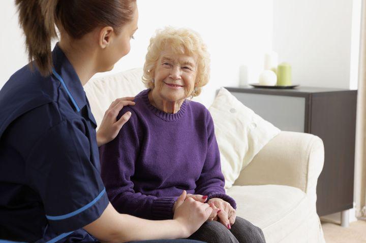 Социальный работник с пациентом