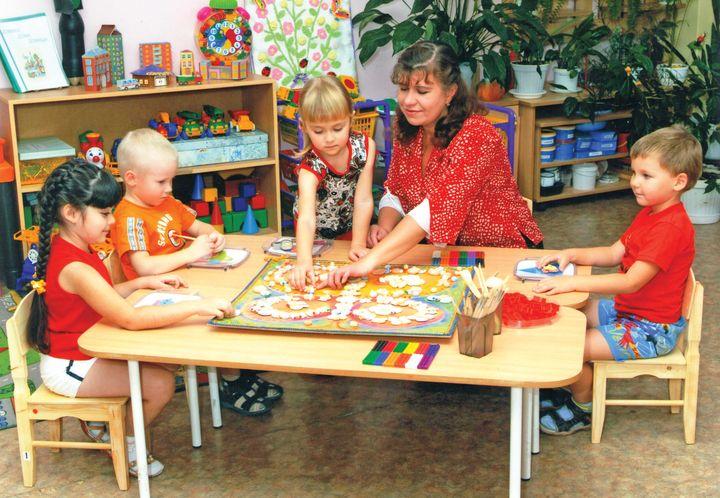 Воспитатель с детьми