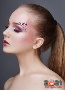 нежный макияж на Новый Год 2021 со стразами