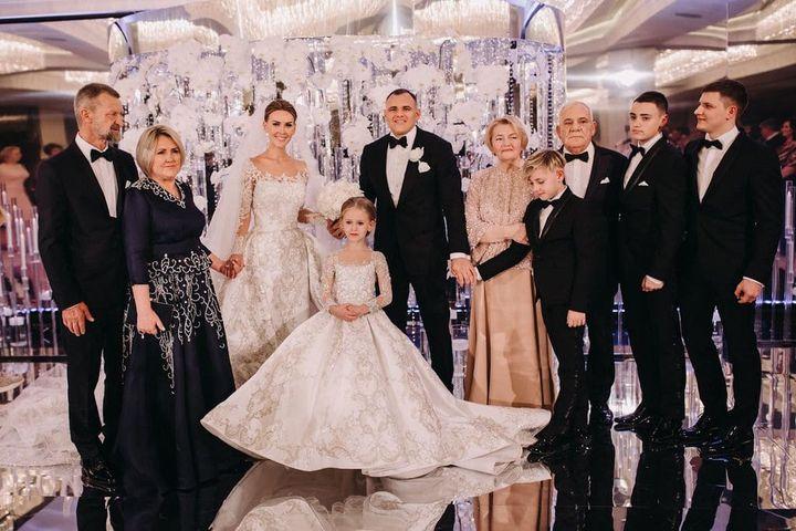 Жених и невеста с гостями