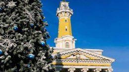 новогодняя елка на фоне главного здания костромы
