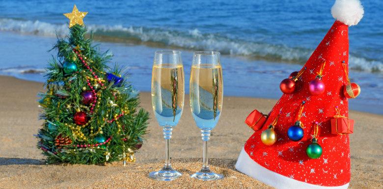 новогодние атрибуты на берегу моря