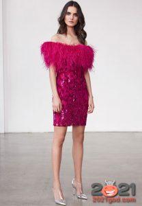 Облегающее платье с перьями на Новый Год 2021