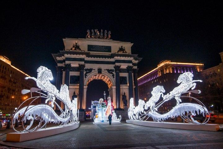 новогодние украшения у арки