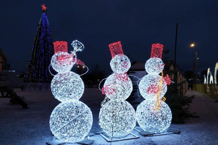 новогодние декорации на улице Петрозаводска