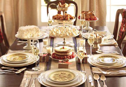 Сервировка новогоднего стола на 2021 год в коричнево-золотой гамме