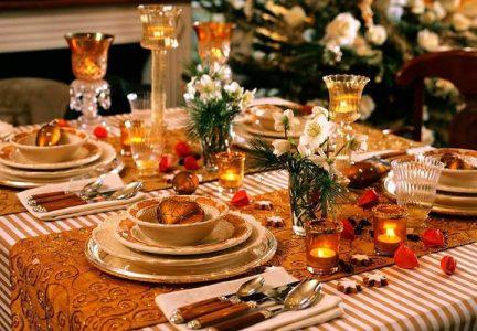 Сервировка новогоднего стола на 2021 год в оранжево-золотой гамме