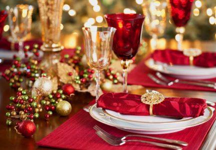 Сервировка новогоднего стола на 2021 год в красно-золотой гамме