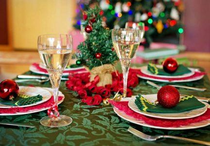 Сервировка новогоднего стола на 2021 год в красно-зеленой гамме