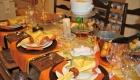 Сервировка новогоднего стола на 2021 год в желто-коричневой гамме