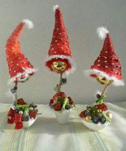 Новогодние топиарии с шапочками