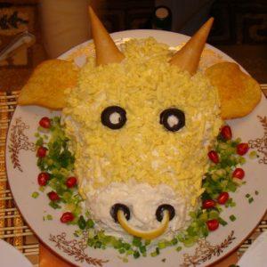 Украшение салатов на Новый 2021 год - голова быка