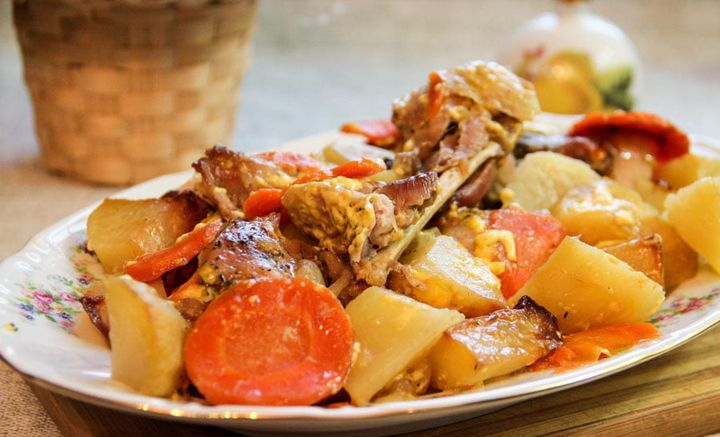 Кролик с картофелем и овощами в рукаве