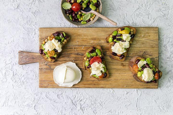 Новогодние бутерброды с бобами и моцареллой