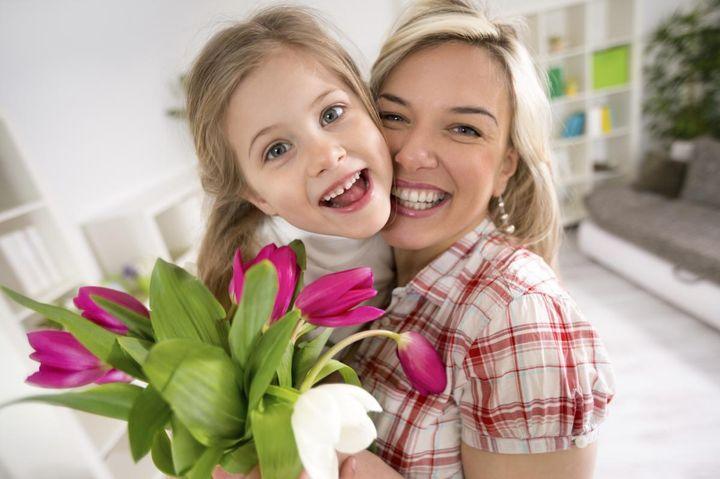 Мама и дочь с букетом цветов