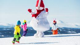 дети и снеговик