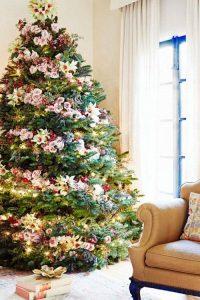 Украшение елки тропическими цветами на Новый Год 2021