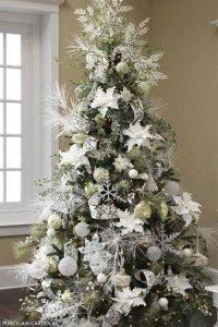 Украшение елки белыми цветами на Новый Год 2021