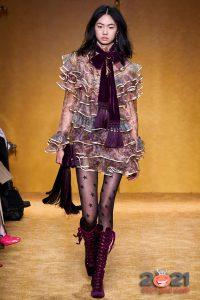 Коктейльное платье с многоярусными воланами осень-зима 2020-2021