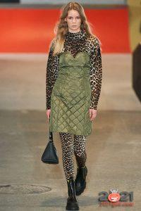 Стеганое мини-платье от Ganni осень-зима 2020-2021