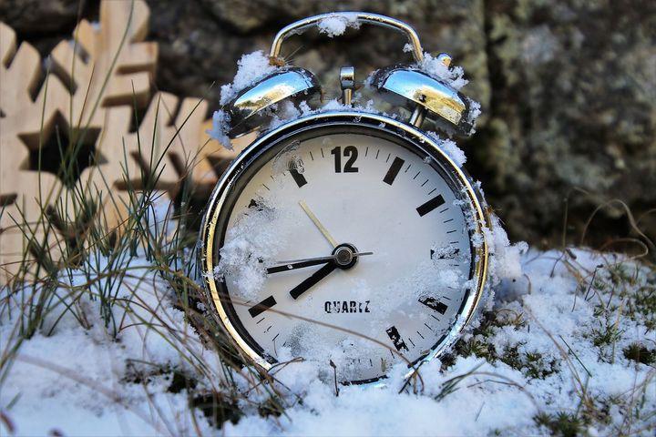 Часы в снегу