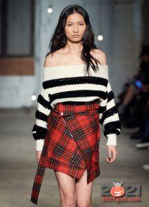 Модный монохромный свитер в полоску осень-зима 2020-2021