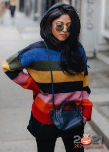 Яркий полосатый свитер на зиму 2020-2021
