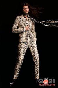 Брючный костюм в змеином принте на Новый Год 2021