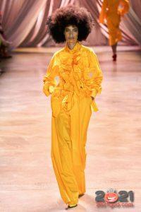 Брючный костюм в желтом цвете на Новый Год 2021