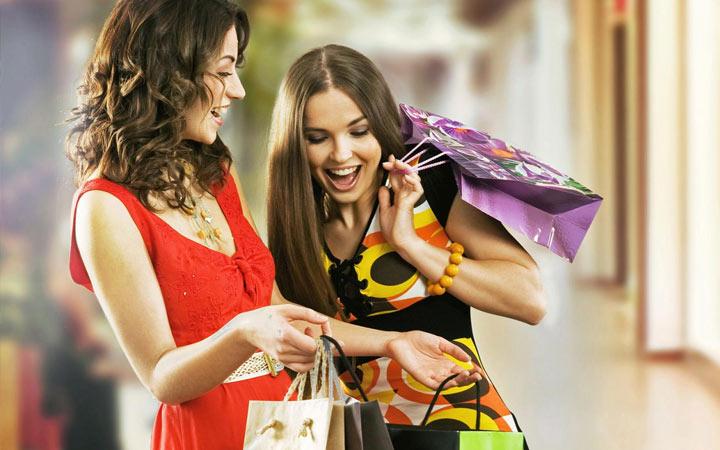Стоит ли дарить подруге одежду на Новый 2021 год