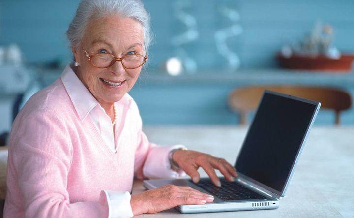 Пожилая женщина пользуется ноутбуком