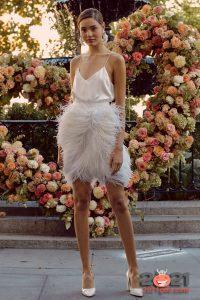 Короткое свадебное платье с перьями сезона осень-зима 2020-2021