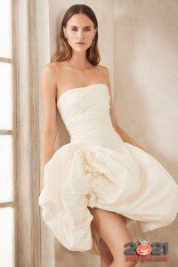 Короткое свадебное платье с пышной юбкой сезона осень-зима 2020-2021