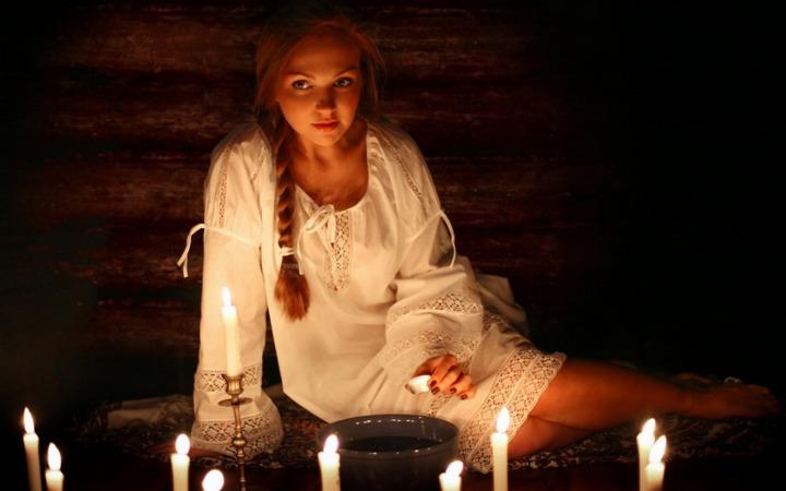 девушка среди свечей