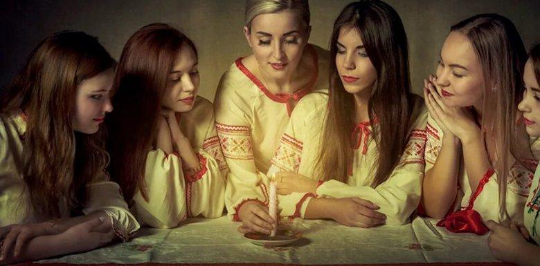 девушки в национальных одеждах со свечей