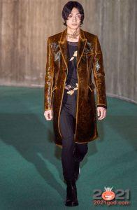 Коричневый кожаный плащ осень-зима 2020-2021