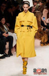 Модный желтый плащ 2020-2021 года